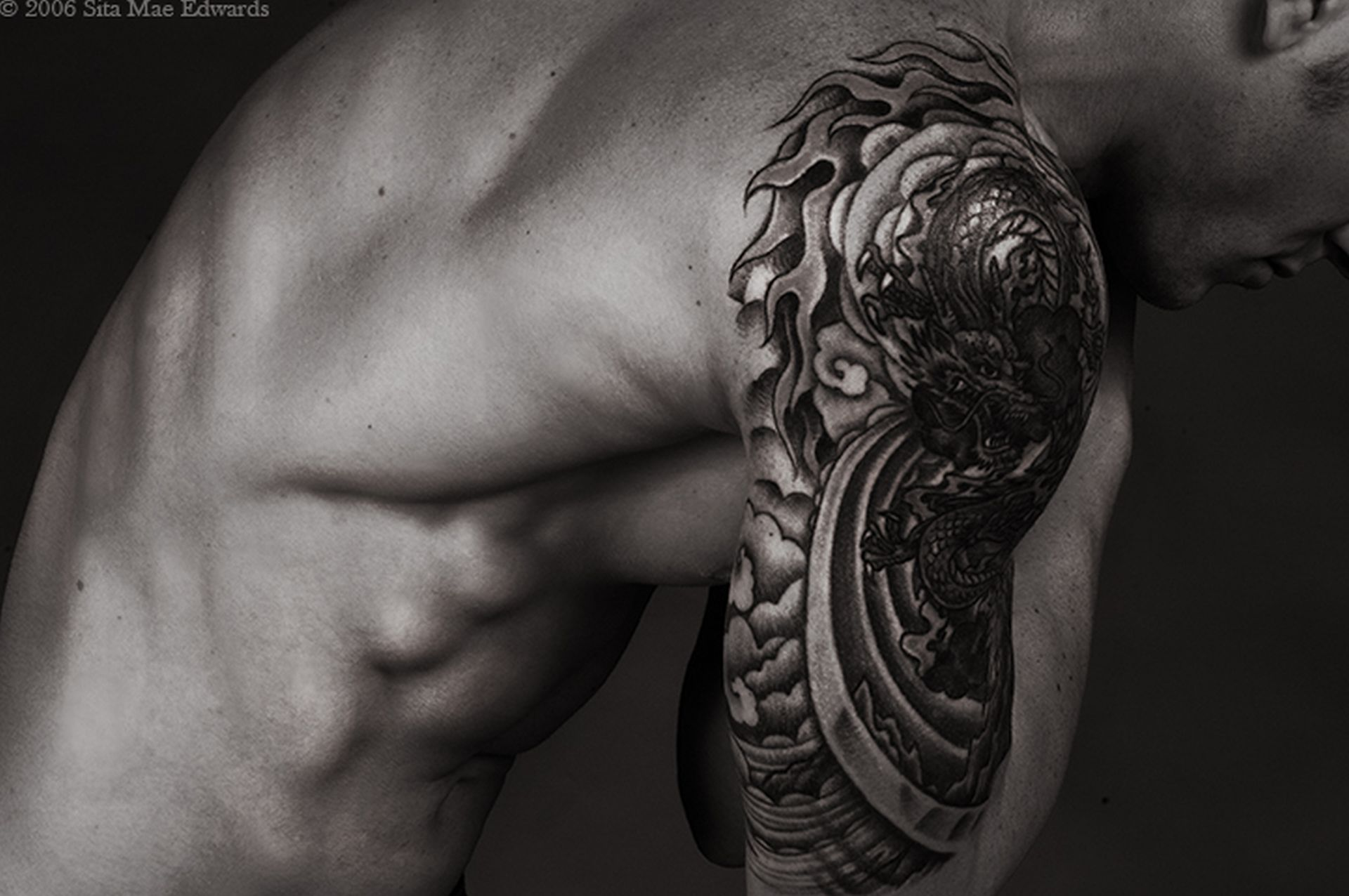 Татуировки черно белые на плече фото